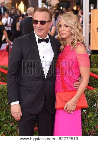 LOS ANGELES - JAN 25:  Kevin Costner & Christine Baumgartner arrives to the 21st Annual Screen Actors Guild Awards  on January 25, 2015 in Los Angeles, CA