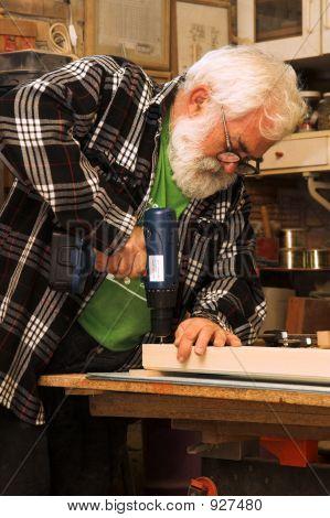 Alter Mann arbeiten