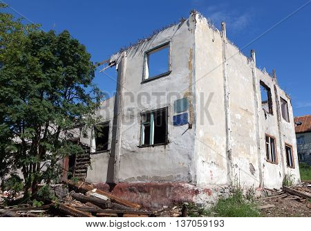 old house dismantled due to the unsuitability
