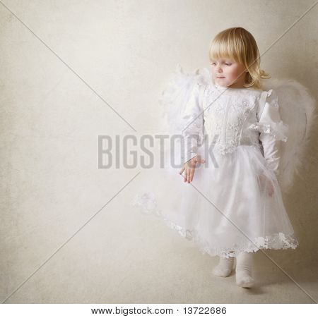 Meisje van de baby in een engel jurk