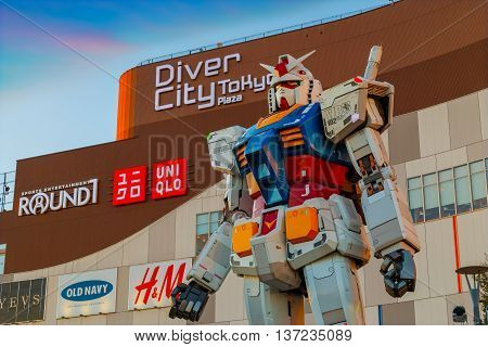 Tokyo, Japan - November 27 2015: Full-size Mobile Suit Gundam Rg 1/1 Rx-78-2 Ver. Gft At The Main En