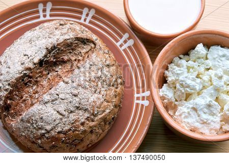 Rye-wheat bread with bowl of cottage cheese and sour cream