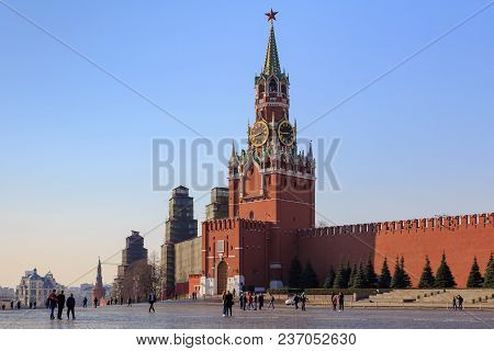 Moscow, Russia - April 15, 2018: Walking Tourists On Red Square On The Background Of Moscow Kremlin