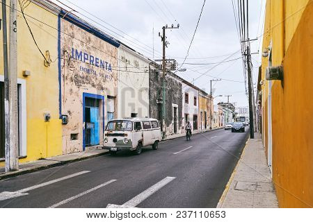Merida / Yucatan, Mexico - June 1, 2015: The Vintage Car Parking Infront Of The Old Buiding In Contr