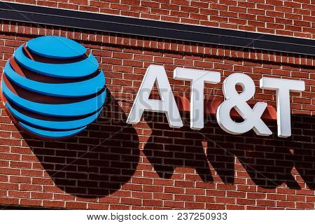 Dayton - Circa April 2018: At&t Mobility Wireless Retail Store. At&t Now Offers Iptv, Voip, Cell Pho