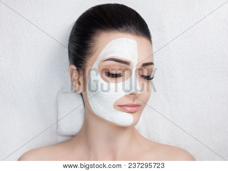 The Cosmetologist For The Procedure Of Cleansing And Moisturizing The Skin, Applying A Mask With Sti