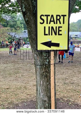 Pittsburgh, Pa - September 29, 2019:  A Sign Directs Runners To The Starting Line Of The Great Race,