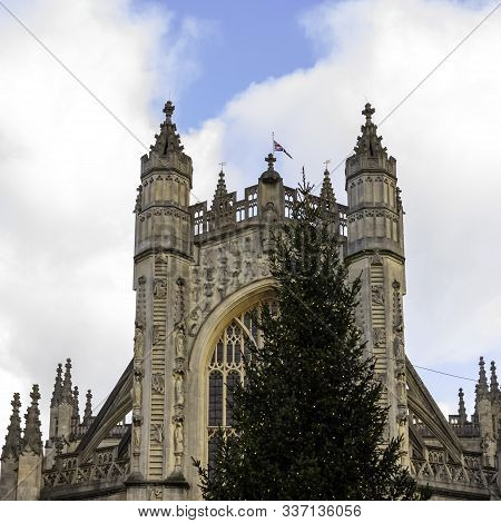 Bath, Somerset, Uk - December 1: Christmas Tree In Front Of Bath Abbey On 1 December 2019 In Bath, S