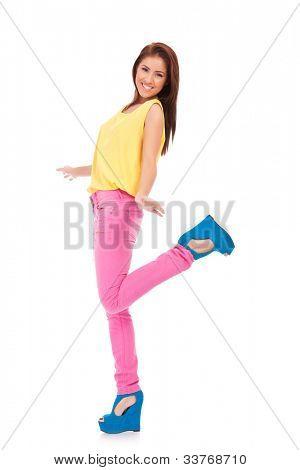 Full length Portret van gelukkig opgewonden casual vrouw met armen verlengd. Op witte achtergrond