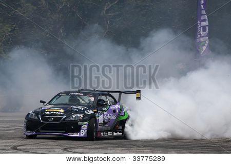 Kuala Lumpur 19. Mai: Japans Daigo Saito in einem Lexus sc430 verbrennt einige Gummi in eine Leistung du
