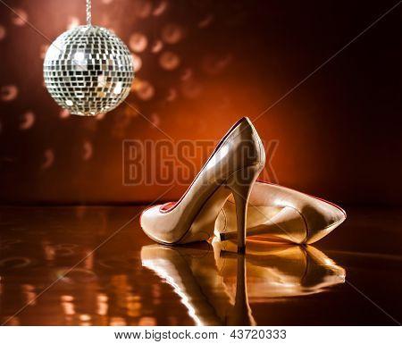 Schöne braune Stilettos auf der Tanzfläche
