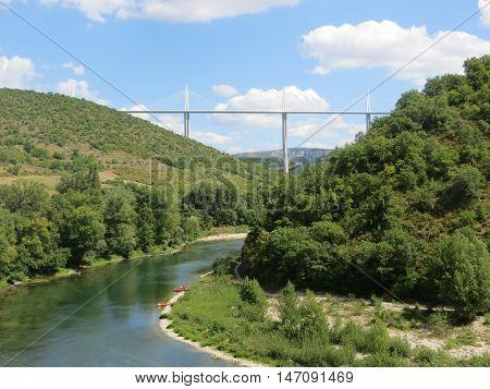 Prachtig uitzicht richting het viaduct van millau.