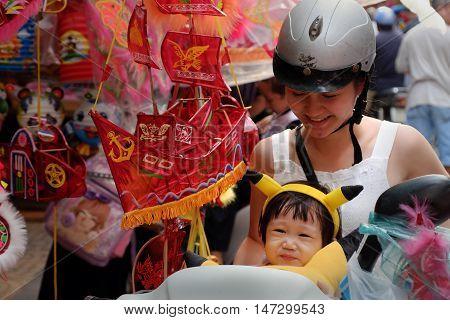 Vietnamese Mom And Daughter Visit Lantern Street