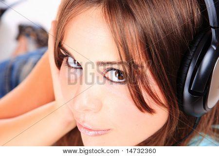 Frau und Musik über white background
