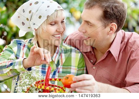 Portrait of spouses with basket looking at each other