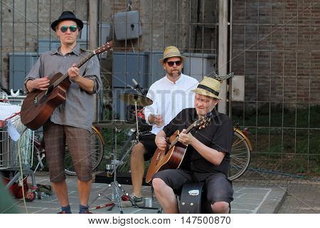 Ferrara, Italia - August 25, 2016: The Ferrara Buskers Festival is dedicated to the art of the street. A street band plays your playlist