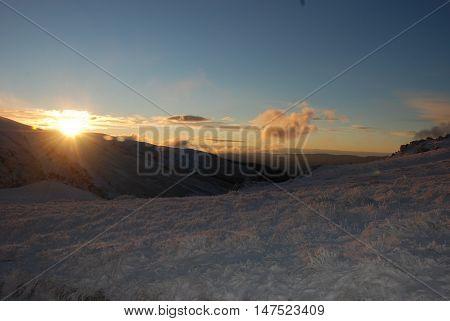 kış güneşi dağlara seher vakti serin rüzgarla birlikte doğar