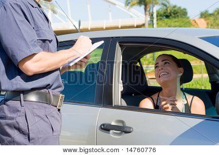 controlador mujer pidiendo la policía de tránsito no redactar un billete