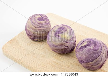 The Taiwanese violet crystal taro cake on the wooden plank.