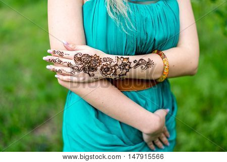 Henna Tattoo Hund he vumans trends Floral desizhn. mehendi