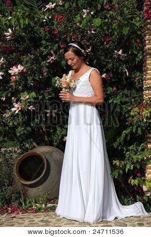 Braut Blick auf ihr Bouquet In einem Garten
