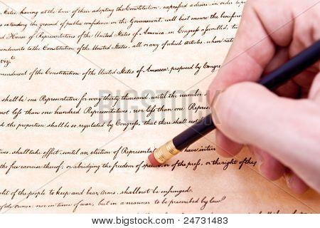 Nahaufnahme der Hand Bleistift löschen erste Zusatzartikel zur US-Verfassung