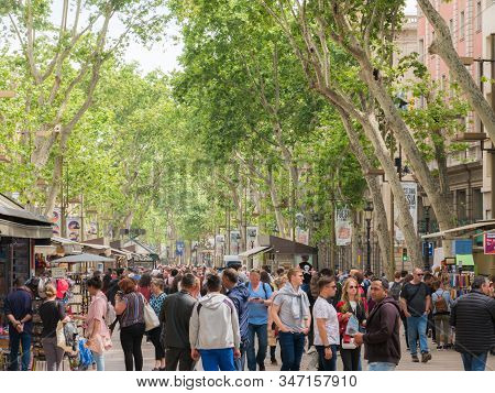 Barcelona, Spain - May 2019. - Crowds Of People Shopping Along Las Ramblas On A Pleasant Summer Day