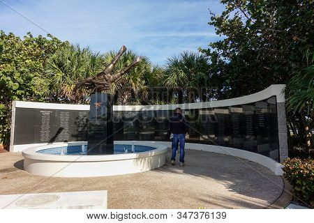 Ft. Pierce,fl/usa-1/27/20: The Navy Seal Memorial Wall And Statue Of A Frogman With The Names Of Tho