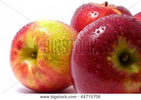 Три красные яблоки