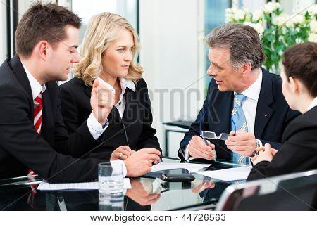 Business - treffen in einem Büro, die Geschäftsleute ein Dokument diskutieren