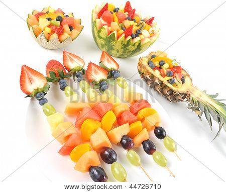 Frischer Fruchtsalat von Mango, Erdbeere, Kiwi, Trauben, Erdbeeren Blaubeeren Bananen in eine Schüssel aus