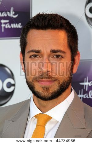 LOS ANGELES - APR 17:  Zachary Levi arrives at the