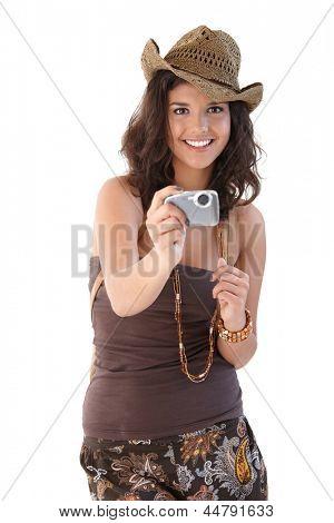 Schöne junge Mädchen unter Foto, lächelnd. Blick in die Kamera.