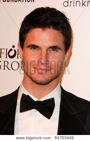 LOS ANGELES - FEB 22:  Robbie Amell at the Elton John Oscar Party 2015 at the City Of West Hollywood Park on February 22, 2015 in West Hollywood, CA