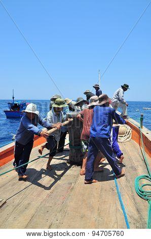 Nha Trang, Vietnam - May 5, 2012: Fishermen Are Trawling For Tuna Fish In The Sea Of Nha Trang Bay
