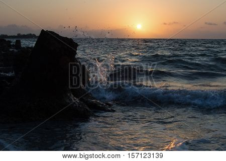 amanecer con olas en varadero, Cuba f/22 1/125seg 24 mm ISO.800