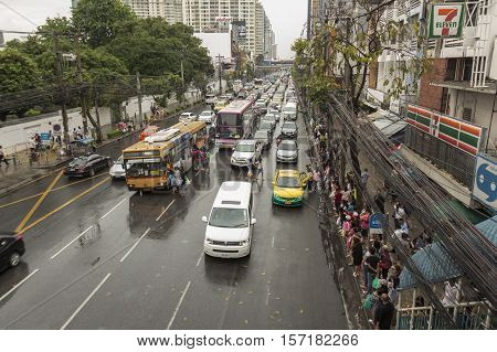 BANGKOK THAILAND - OCT 2 : massive crowd on bus stop in rainning day in Pratunam area on october 2 2016 thailand.