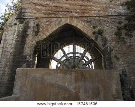 noria romana construida con ladrillo y piedra