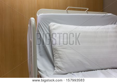Modern and comfortable equipped empty bed in luxury room at hospital.
