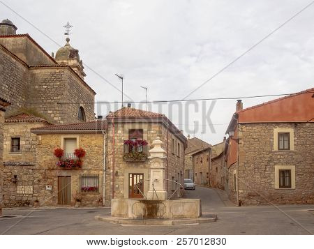Drinking Fountain With Scallop Shell - Rabe De Las Calzados, Castile And Leon, Spain