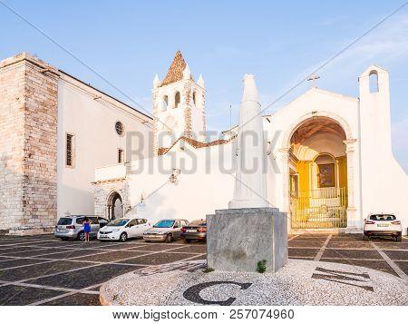 Estremoz, Portugal - August 23, 2018: Nosso Senhor Dos Inocentes Church With  Statue Of Rainha Santa
