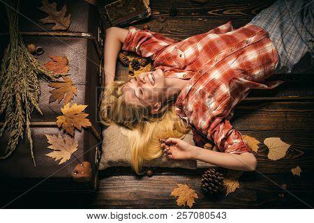 Beauty Face. Fashion Girls. Autumn Leaves. Autumn Leaves Isolated. Autumn Leaves Background. Autumn