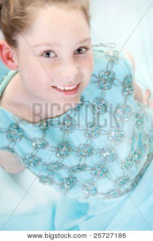 Junge Mädchen tragen ihre Mutter Kleid Dress-Up Spiel