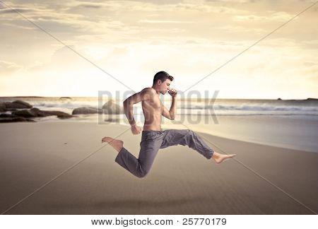 Bel homme torse nu sur une plage