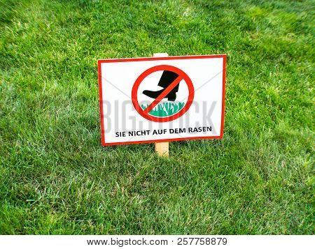 Do Not Walk On Lawns. Please Keep Off The Grass Sign In German Language Sie Nicht Auf Dem Rasen.