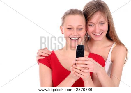 Adolescents à l'aide de téléphone portable