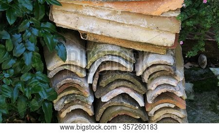 Alte Dachziegel Aus Ton Neben Grünen Blättern