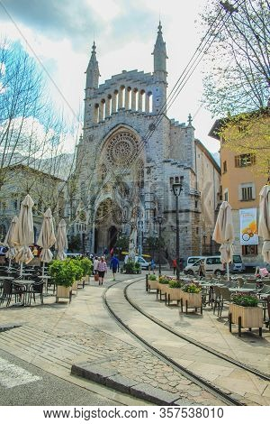 Soller, Mallorca / Spain - March 22 2018: Few Toruists Walking In The Town Center Of Soller During E