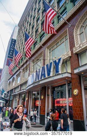San Francisco, Usa - Sept 19, 2010: People Enter Old Navy Retail Shop On Market Street In San Franci
