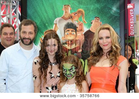 LOS ANGELES - AUG 5:  Jeff Garlin PHOTOBOMB with Judd Apatow, Maude Apatow, Iris Apatow, Leslie Mann arrives at the